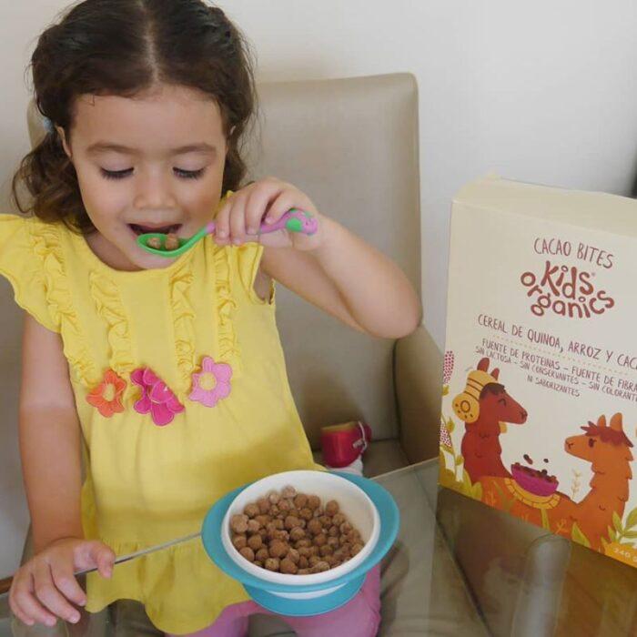 Niña comiendo cereal de Cacao